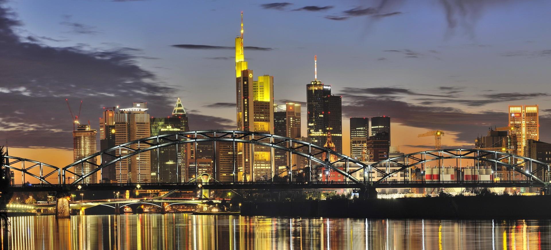 Skyline à Francfort en Allemagne by night