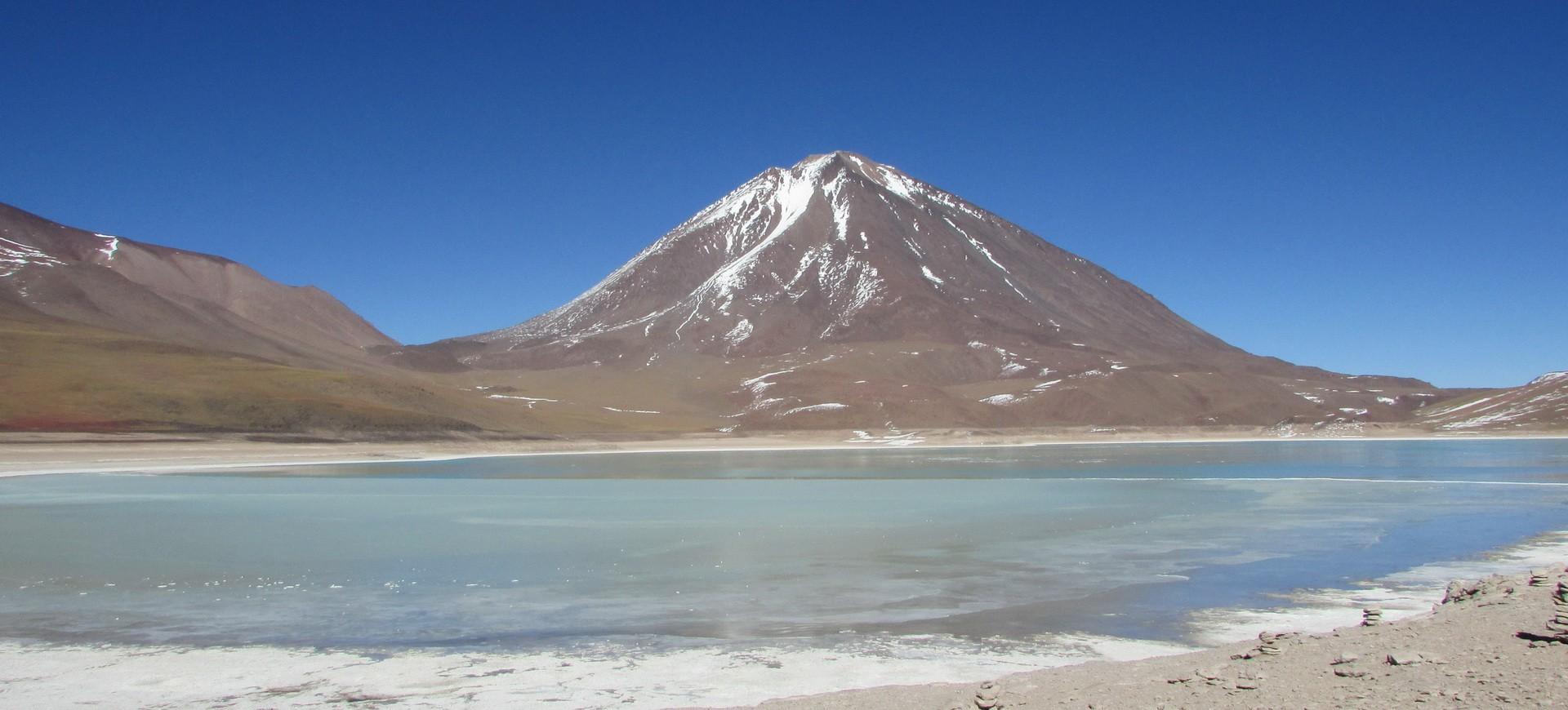 Le lac Laguna Verde au pied du Volcan Llicancabur en Bolivie