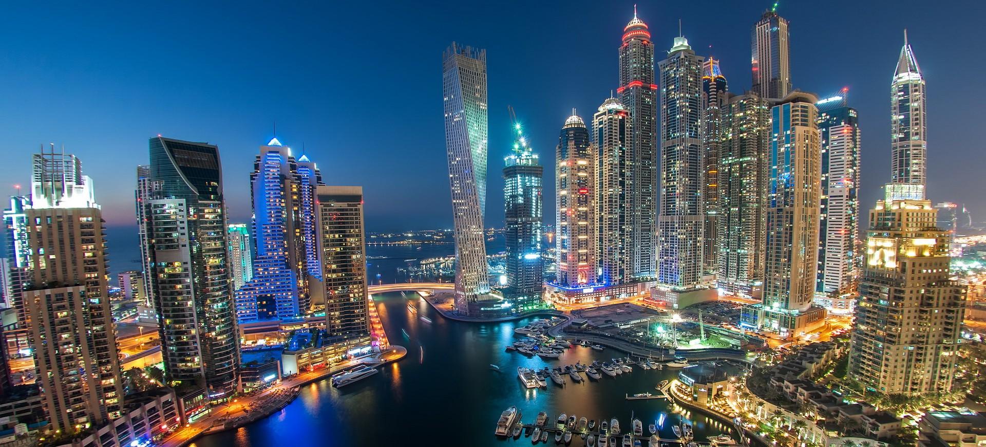 Skyline et Marina à Dubai by night aux Emirats Arabes Unis