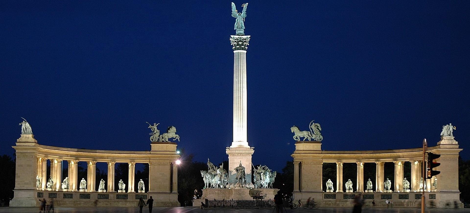 Place des Héros à Budapest by night