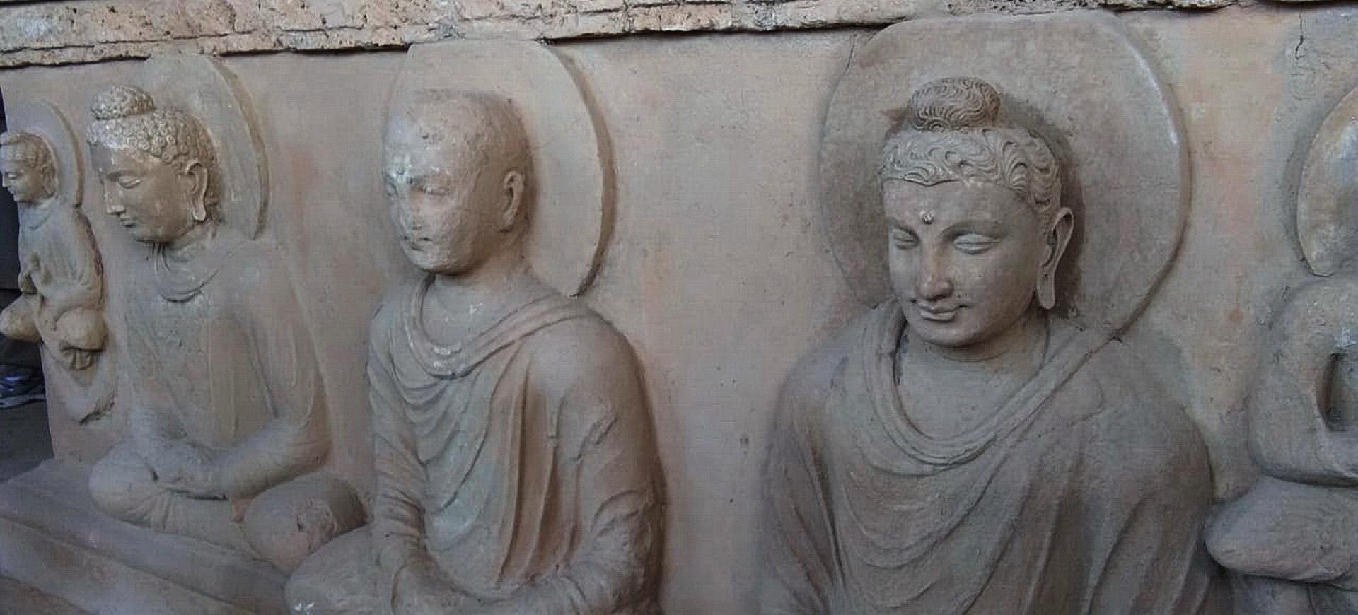 Statues de Bouddha sur un Stupa dans le monastère à Jaulian