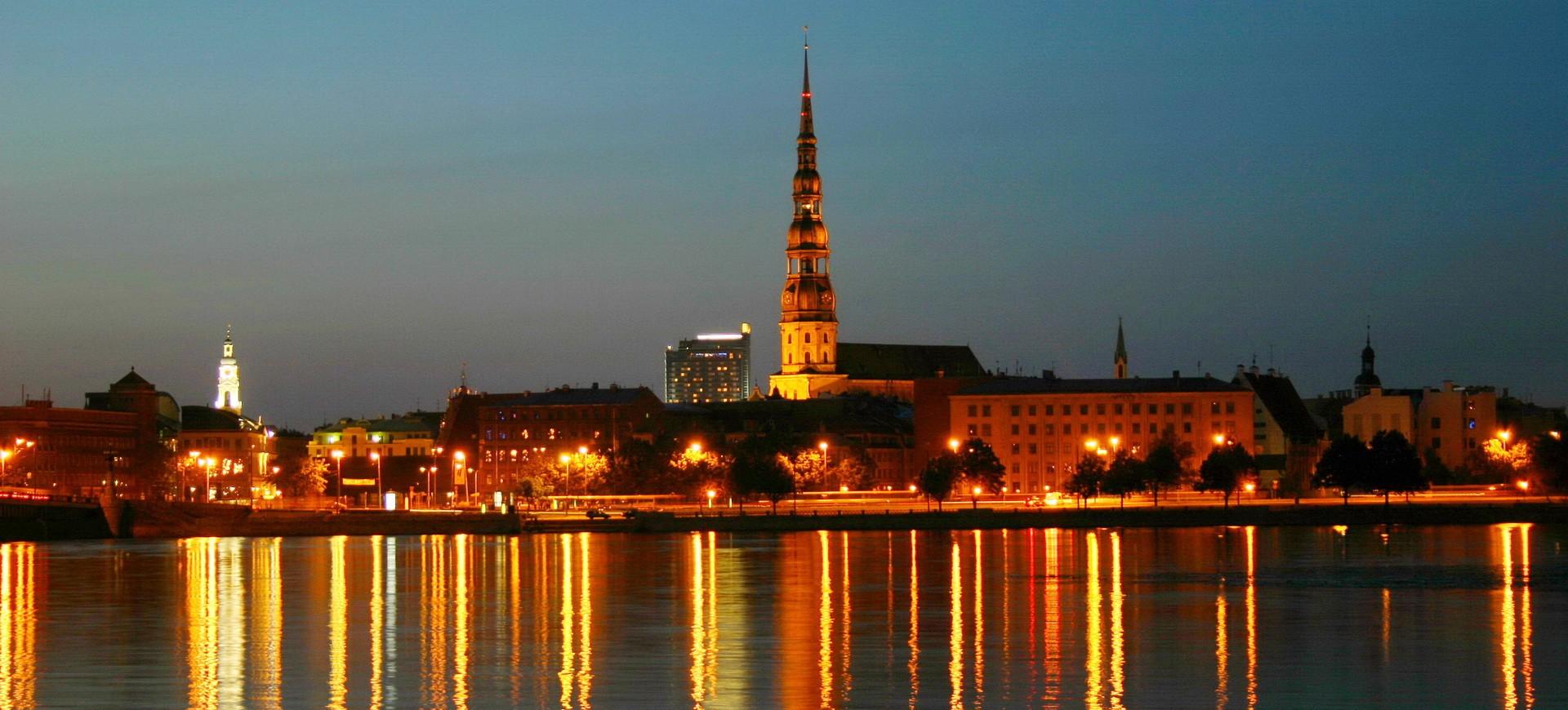 Riga by night en Lettoni aux Pays Baltes