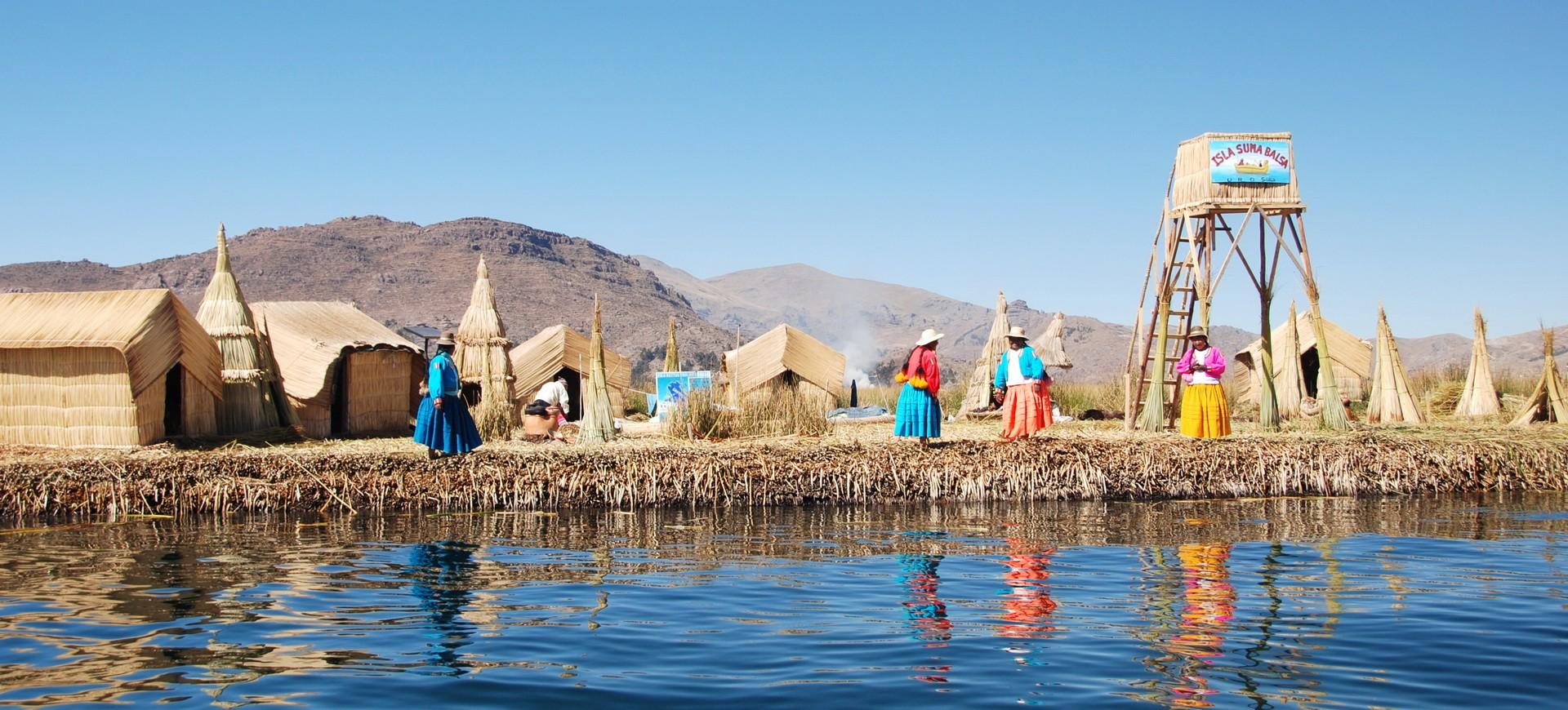Lac Titicaca à île de Uros au Pérou