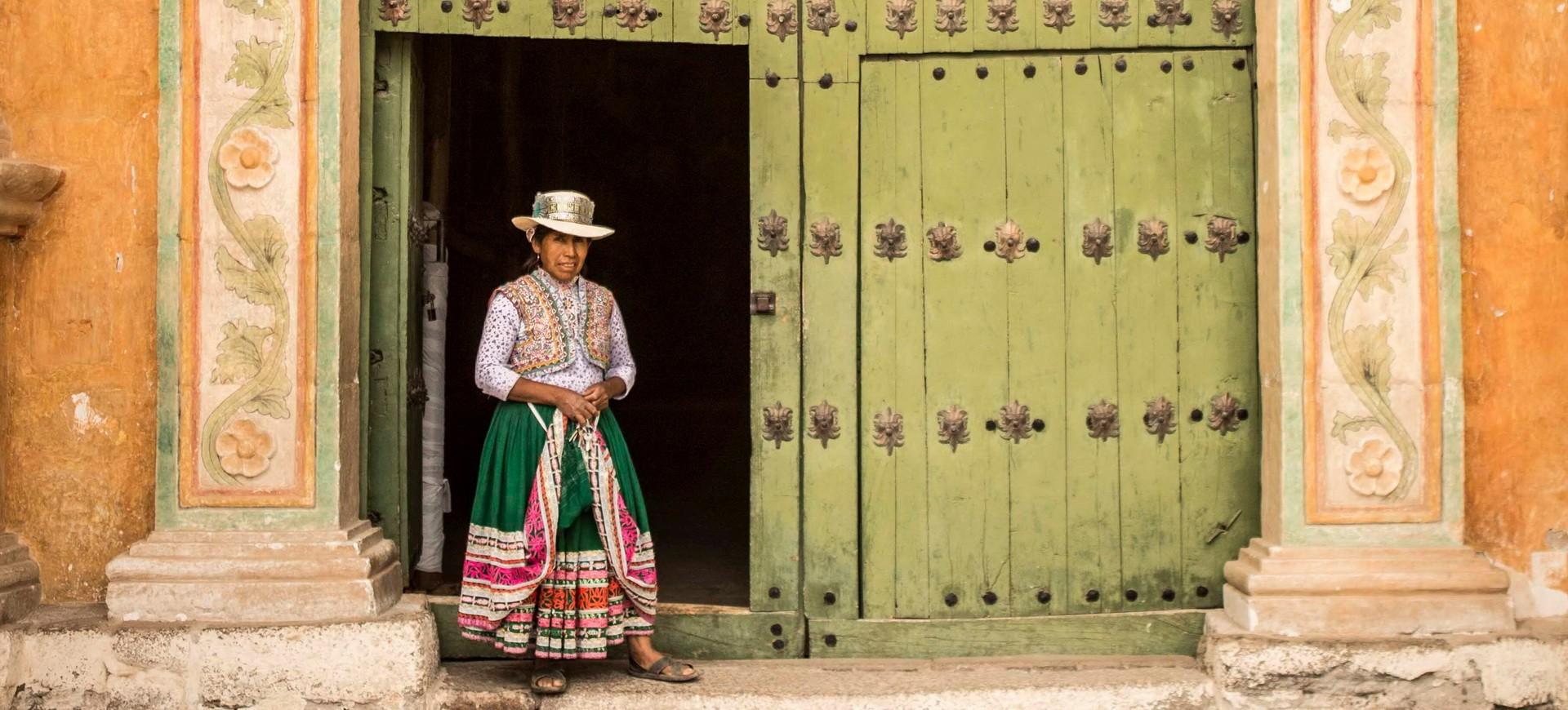 Une femme en habilles traditionnels à Arequipa au Pérou