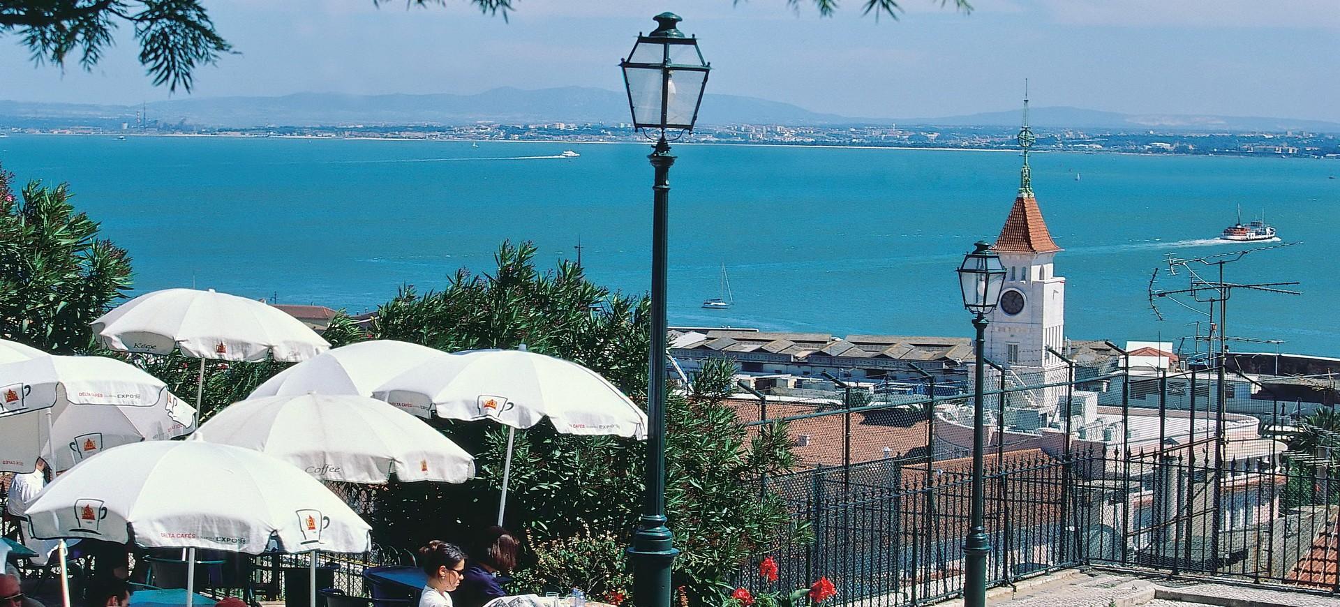 Portugal Lisbonne Vieille Ville Vue sur la Mer