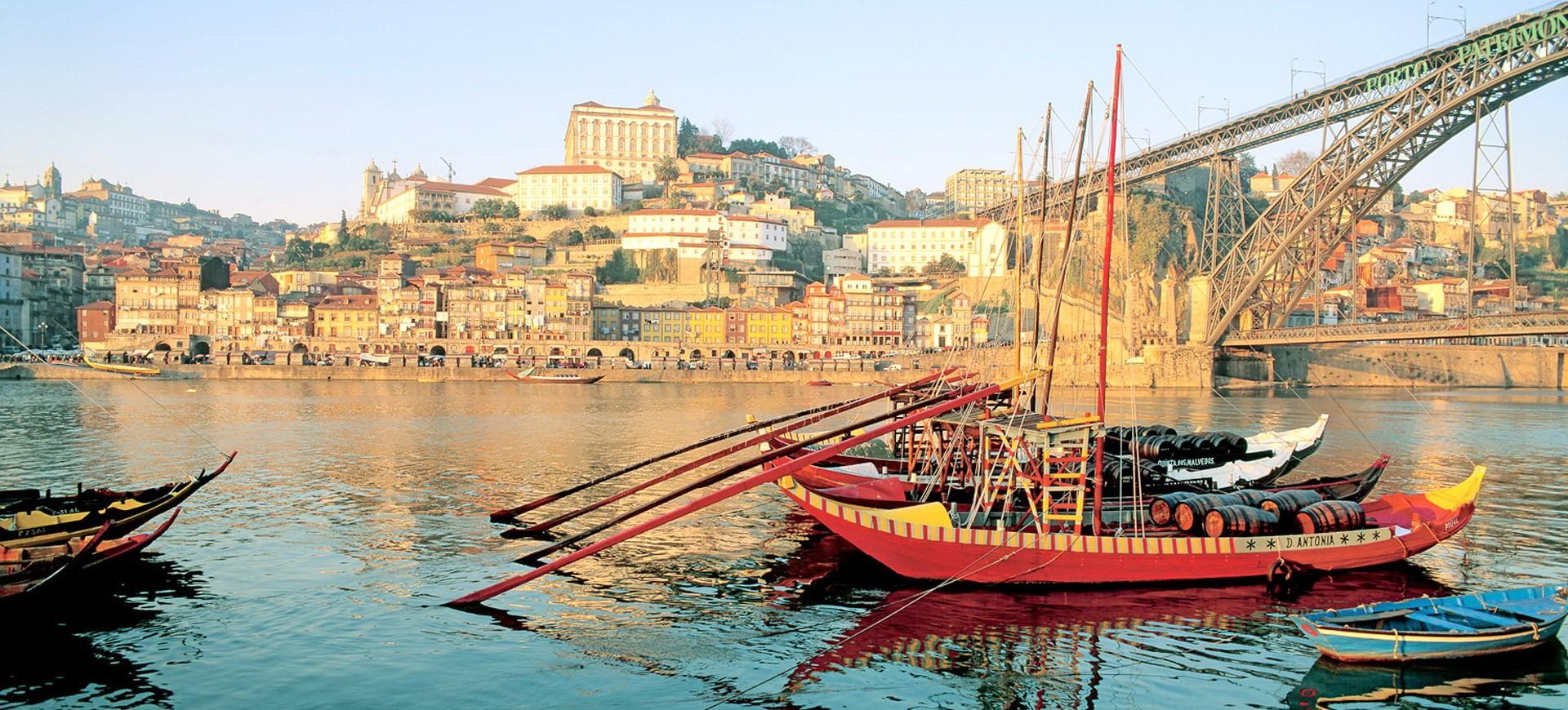 Portugal Porto Bateau traditionnel sous un Pont