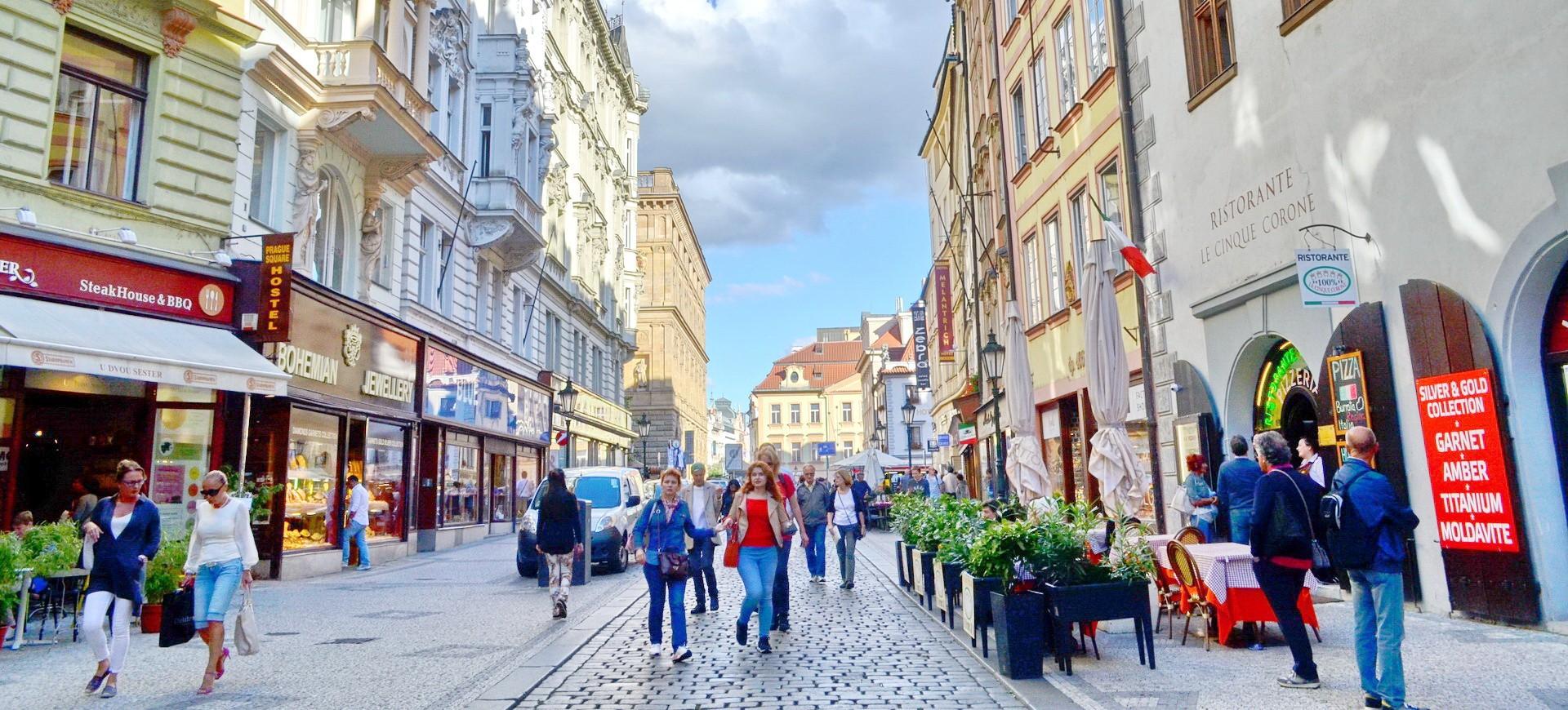 République Tchèque ou Tchéquie Prague La Rue Piétonne by ZB