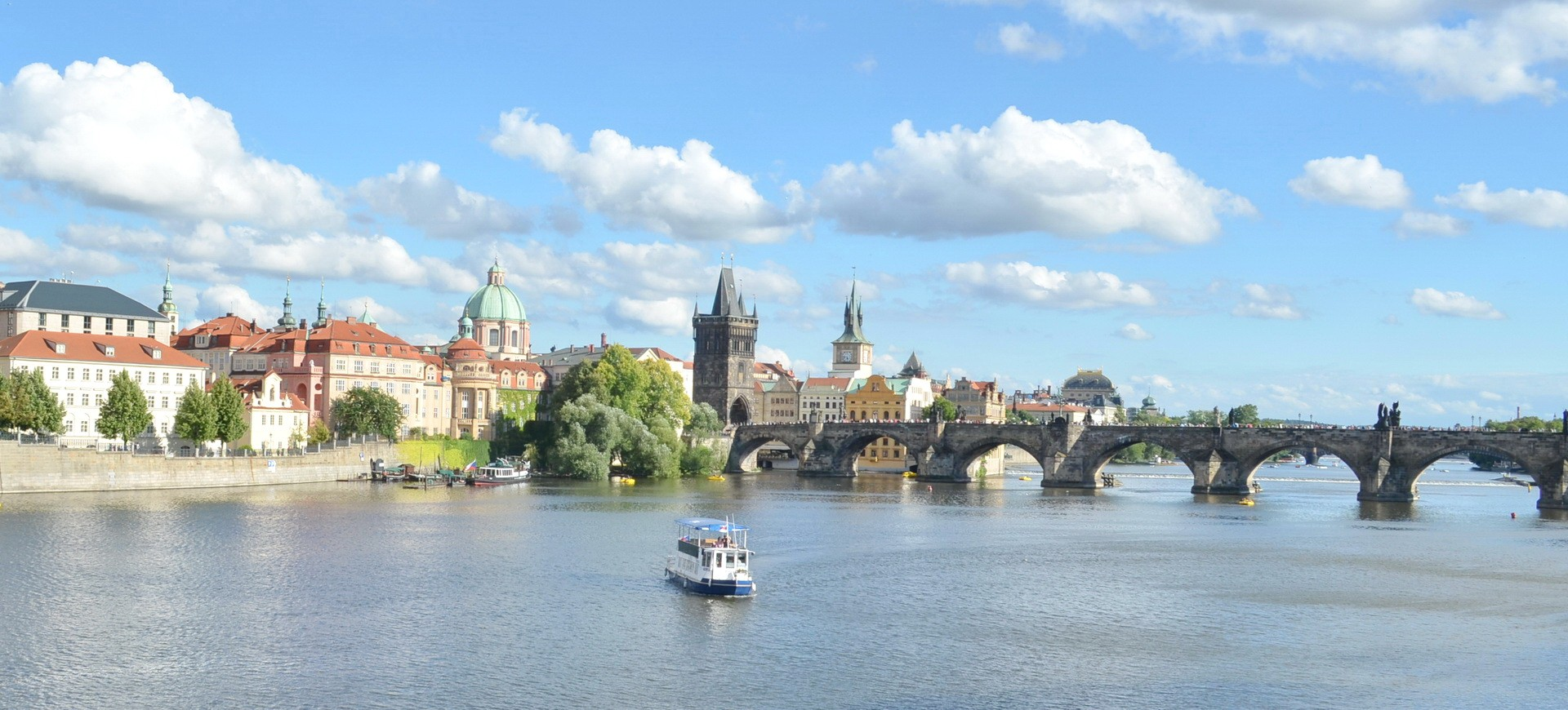 Vieille ville Mala Strana et le Pont Saint Charles à Prague en République Tchèque