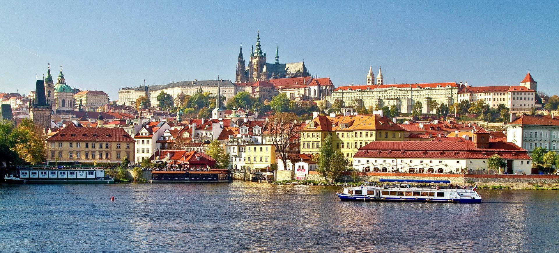 Vue panoramique sur Château de Prague depuis la rivière Vltava à Prague en République Tchèque