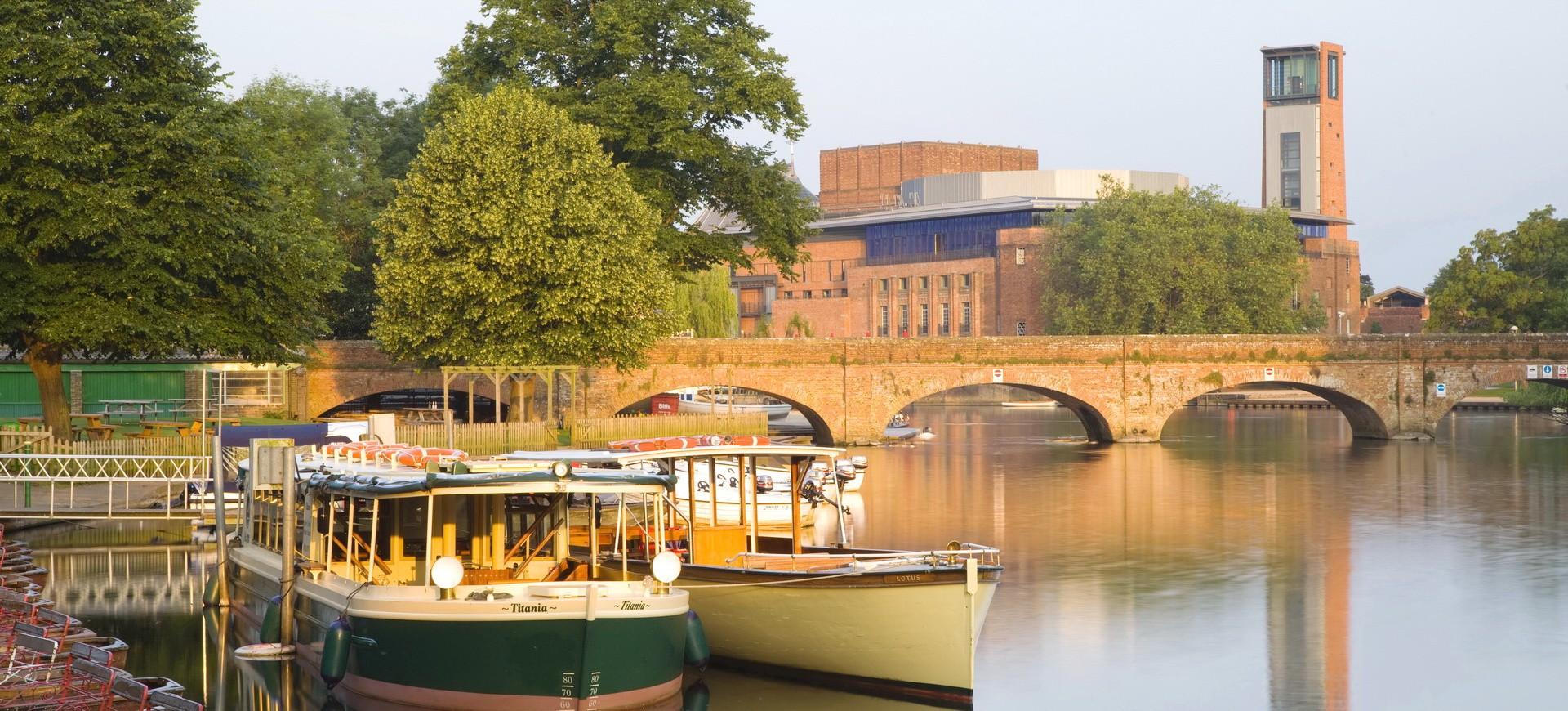 Stratford upon Avon Royal Shakespeare Theatre vu depuis la rivière Avon