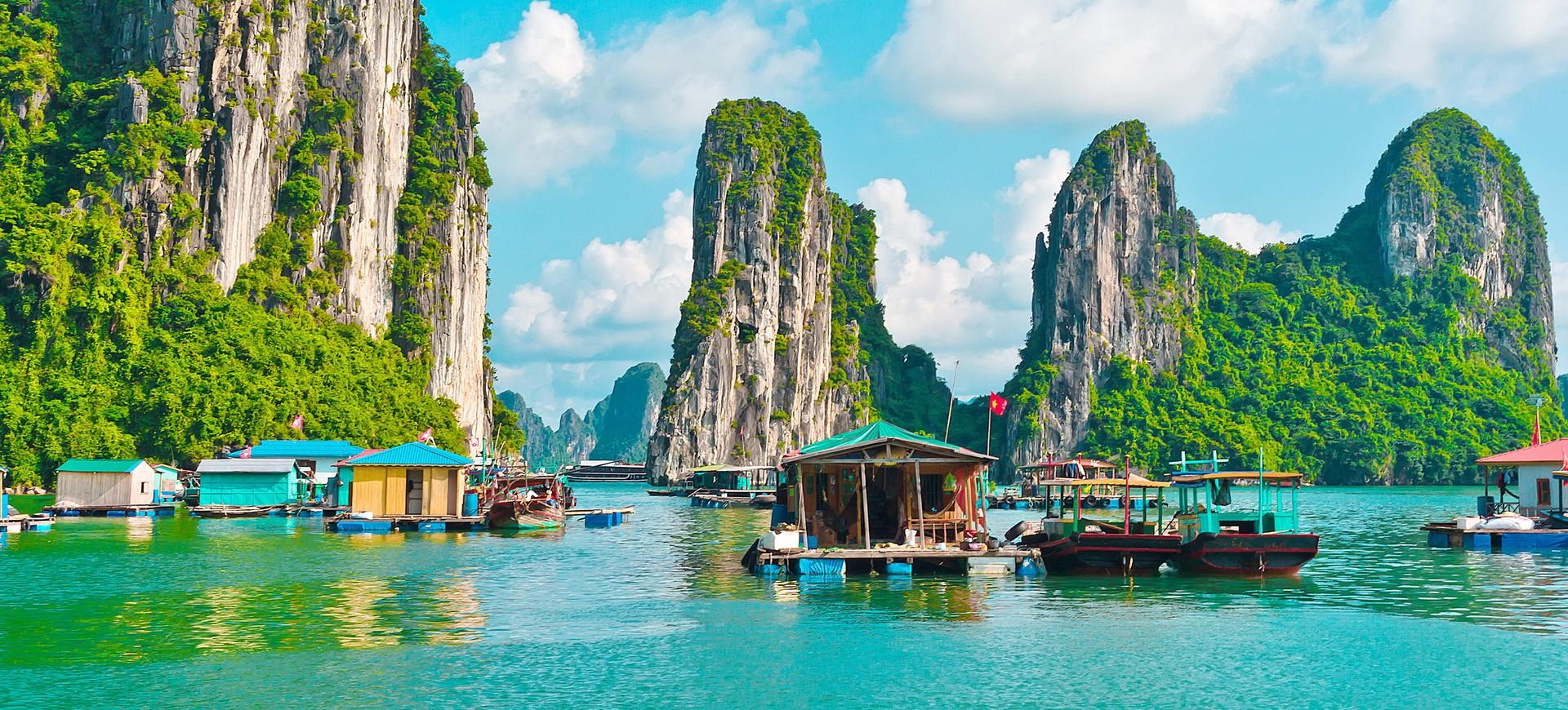 Village flottant dans la Baie d'Halong au Vietnam